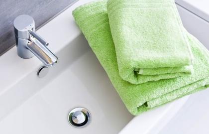 Cuarto de baño con dos toallas verdes, Cómo obtener el máximo partido de un baño pequeño