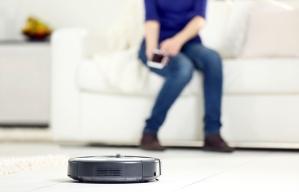 Tendencias en el hogar que tendrán mayor impacto en tu bienestar - Aspiradora robot limpiando una habitación