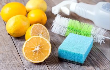 Líquidos que no deben faltar en la limpieza de casa - Limones sobre una mesa