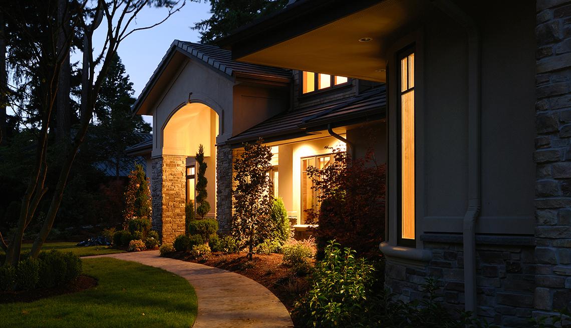 Entrada de una casa con luces encendidas