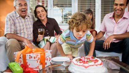 Abuelos disfrutando de un cumpleaños