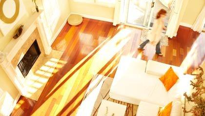 Una  mujer caminando en una casa luminosa y moderna