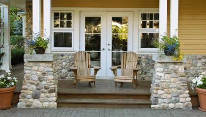 Entrada de una casa con sillas campestres y flores dan la bienvenida a los posibles compradores - 10 Consejos para vender su casa