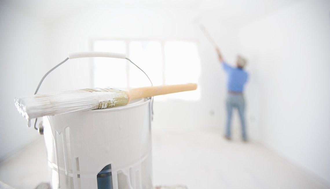 Hombre pintando una habitación blanca