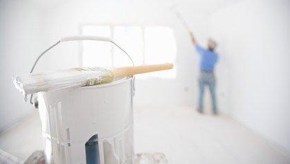 Persona pintando su casa - Cómo combatir el radón, moho y plomo.