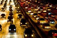 Tráfico congestionado de noche