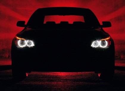 Carro negro con un fondo