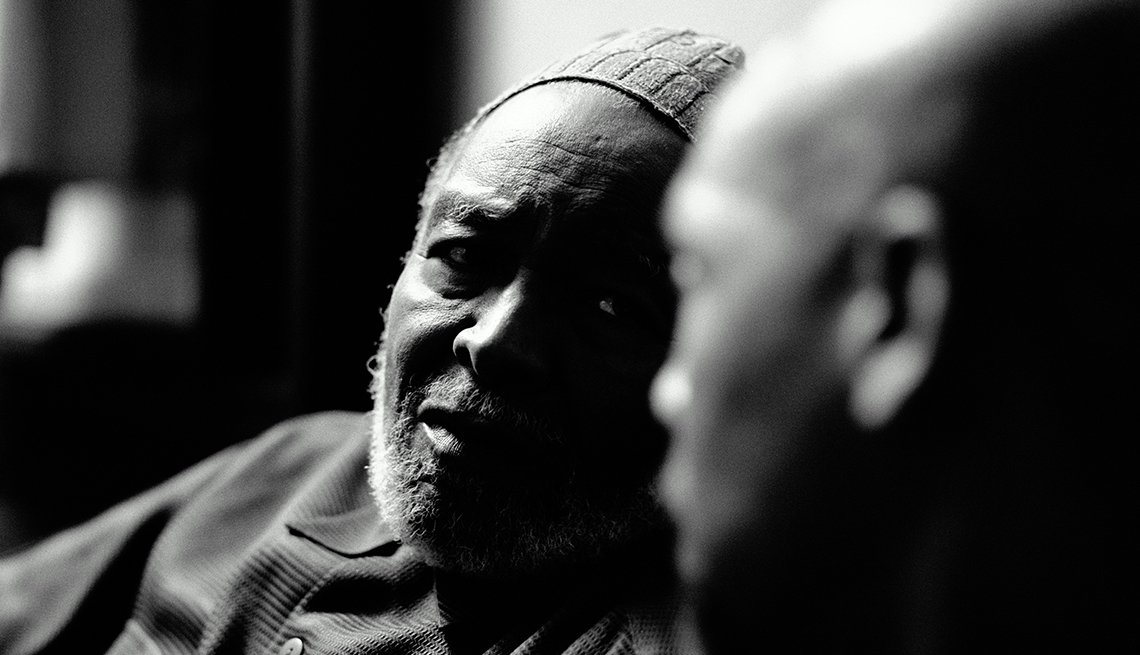 Hombre mayor viendo a un hombre joven