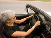Mujer en un carro - AARP de Seguridad Vial