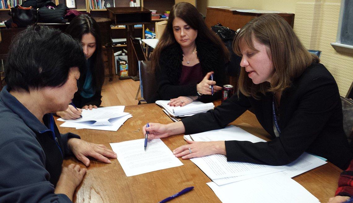 Sheryl Miller Rebecca Romig, trabajan con un grupo de mujeres.