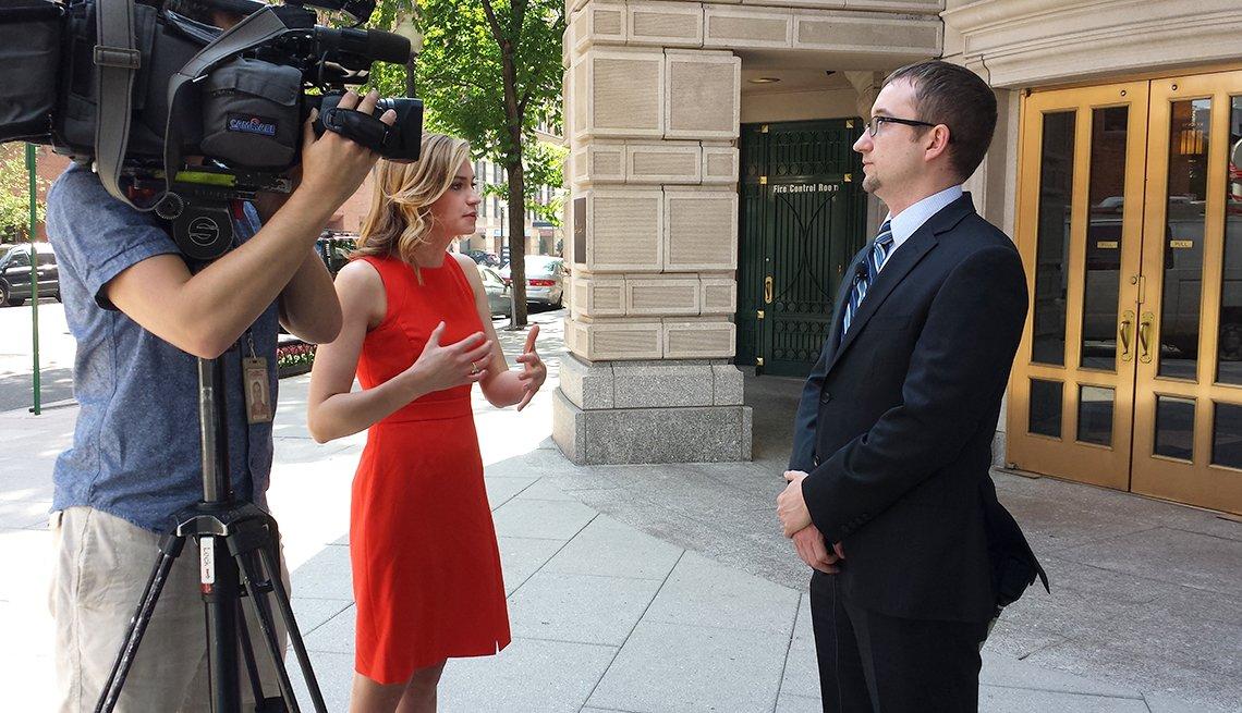 Periodistas de WUSA9 News con Erik Goodman.