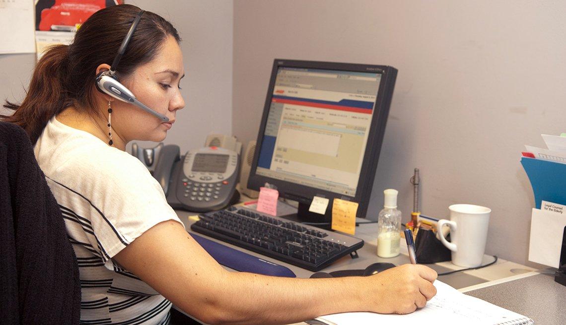 Claudia Sepulveda habla por teléfono.