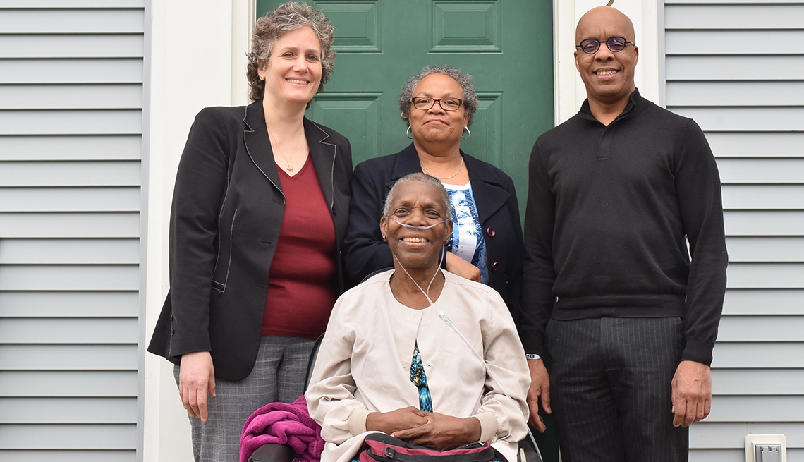 Ms. T, clienta del LCE., junto a Jennifer Berger, Karen Cobble y Albert Reed.