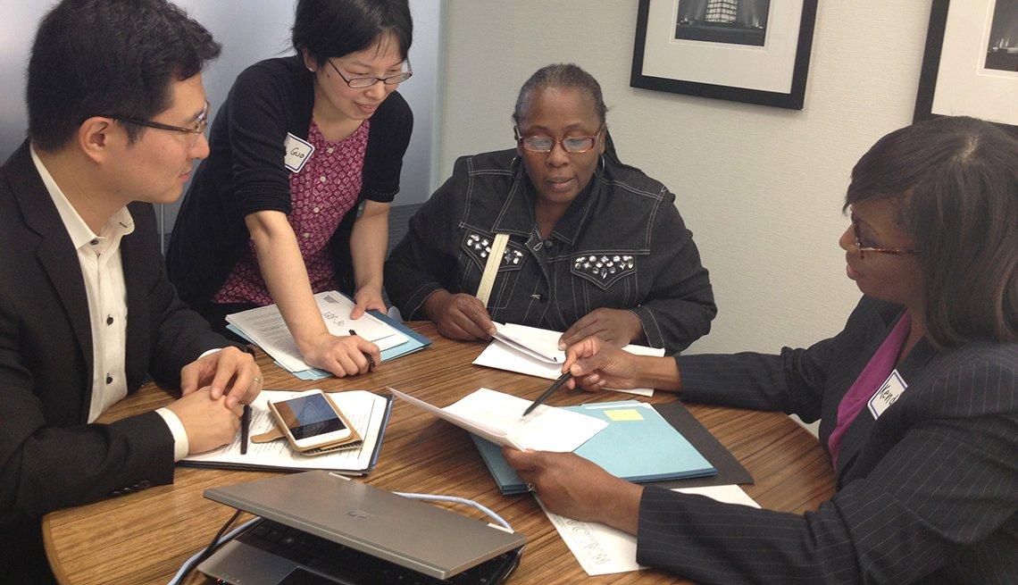 Personas reciben ayuda para hacer su declaración de impuestos.