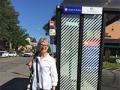 Patricia Blakely en la parada de bus