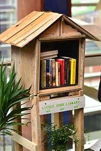 A parklet free library.