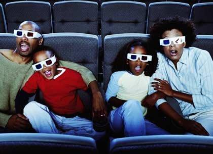 Familia viendo una película en 3D