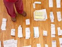 Montones de recibos en el piso -gestión financiera en línea le puede ayudar con el seguimiento de sus gastos y analizar su economía