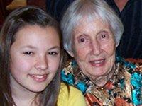 Wilma Williams, a la derecha, con una de sus 12 nietos.