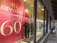 Compradores buscan buenas oportunidades de compras en el centro comercial Outlet Premium en Wrentham Wrentham, MA