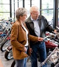 Pareja comprando una motocicleta - Las mejores ofertas en el invierno