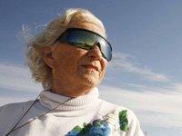 Señora mayor usando gafas de sol