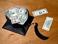 Costeando los estudios universitarios de sus hijos, nietos, y los suyos. Birrete de graduación con dinero adentro.