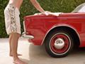 Persona lavando un auto antiguo