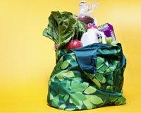 Bolsa reusable de supermercado llena de víveres