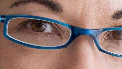 Primer plano de una mujer con gafas - Compre gafas en línea y ahorre dinero.