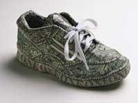 Zapatos tenis con el patrón de un billete de dólar - 5 modos de pagar menos por el gimnasio.