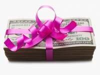 Dólares americanos atados con un lazo de color rosa. Cómo usar su reembolso de impuestos
