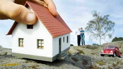 Consejos para comprar casa - Montaje de una mano agarrando una vivienda.