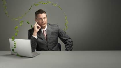 Hombre mirando al tablero de cotizaciones en Internet, ¿Vale la pena seguir invirtiendo en acciones?