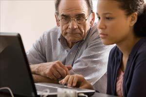 Abuelo investigando becas con la nieta adolescente.