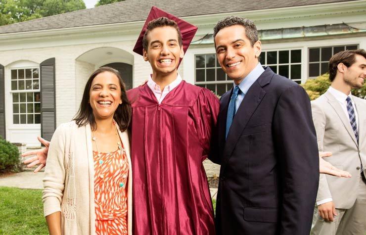 Familia celebra la graduación de la universidad. Centro de Recursos Becas Universitarias.