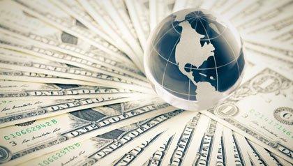 Globo de cristal sobre billetes de un dólar