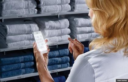 La mujer utiliza aplicaciones de medios sociales en su teléfono inteligente para ahorrar dinero al comprar