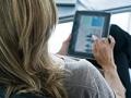 Mujer usando una tableta digital. Cómo los medios sociales hacen que la gente gaste en exceso.