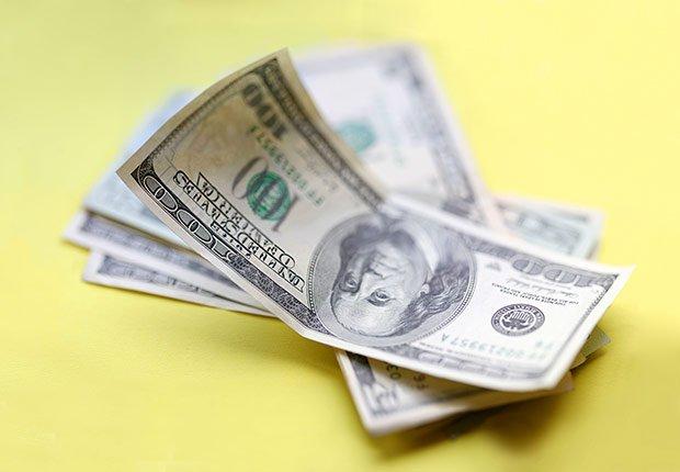 Prestarles dinero a familiares o amigos - 10 desperdicios de dinero