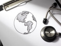 Un dibujo de un mundo y un estetoscópio - El seguro de salud en el exterior