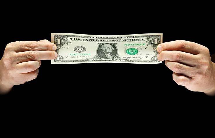Un billete de dólar - 10 hábitos de ahorros de los ricos y famosos