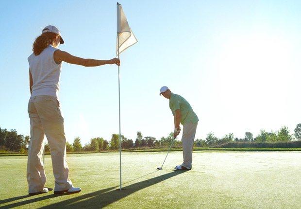 Una pareja jugando al golf, regalos de cumpleaños y ofertas