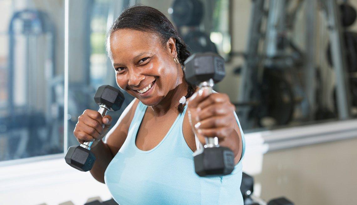 Mujer madura ejercitando en el gimnasio