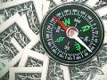 Imagen de billetes de un dólar con una brújula en el medio - Cómo usar tu dinero