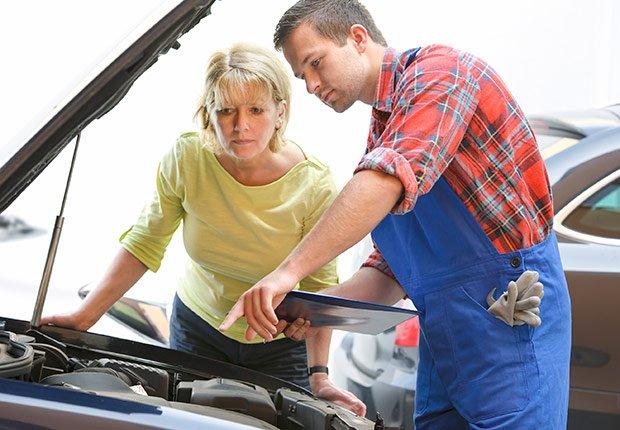 Mujer conversando con un mecánico - Descuentos para personas mayores - Ahorros