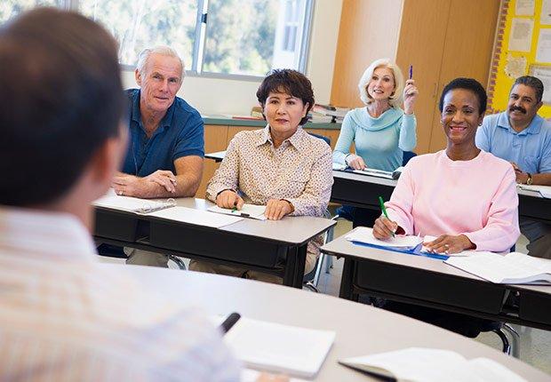 Adultos tomando una clase - Descuentos para personas mayores - Ahorros
