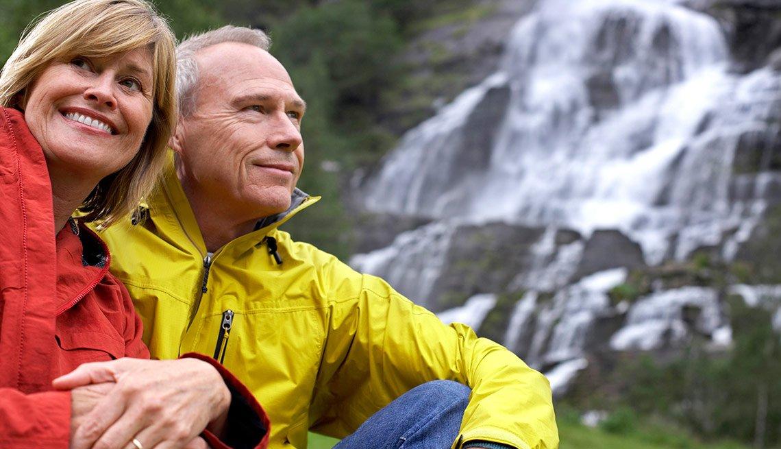 Pareja disfrutando de la naturaleza - Descuentos para personas mayores - Ahorros