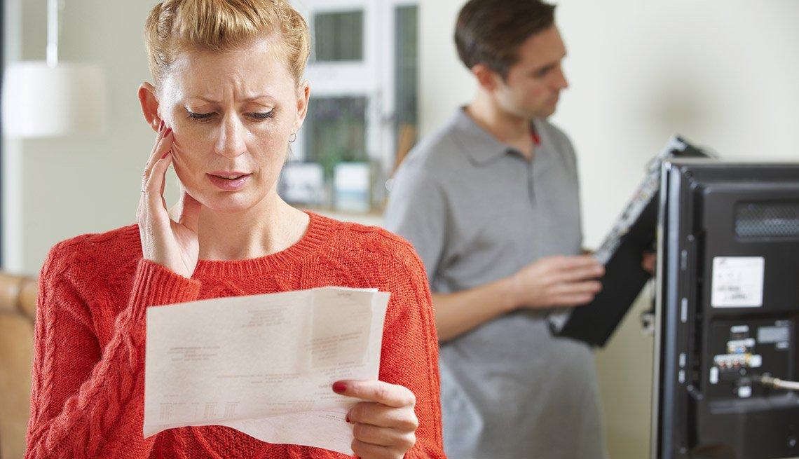 11 artículos con costos ocultos  - Cable, Satélite TV e Internet, Mujer preocupada por la cuenta de reparación