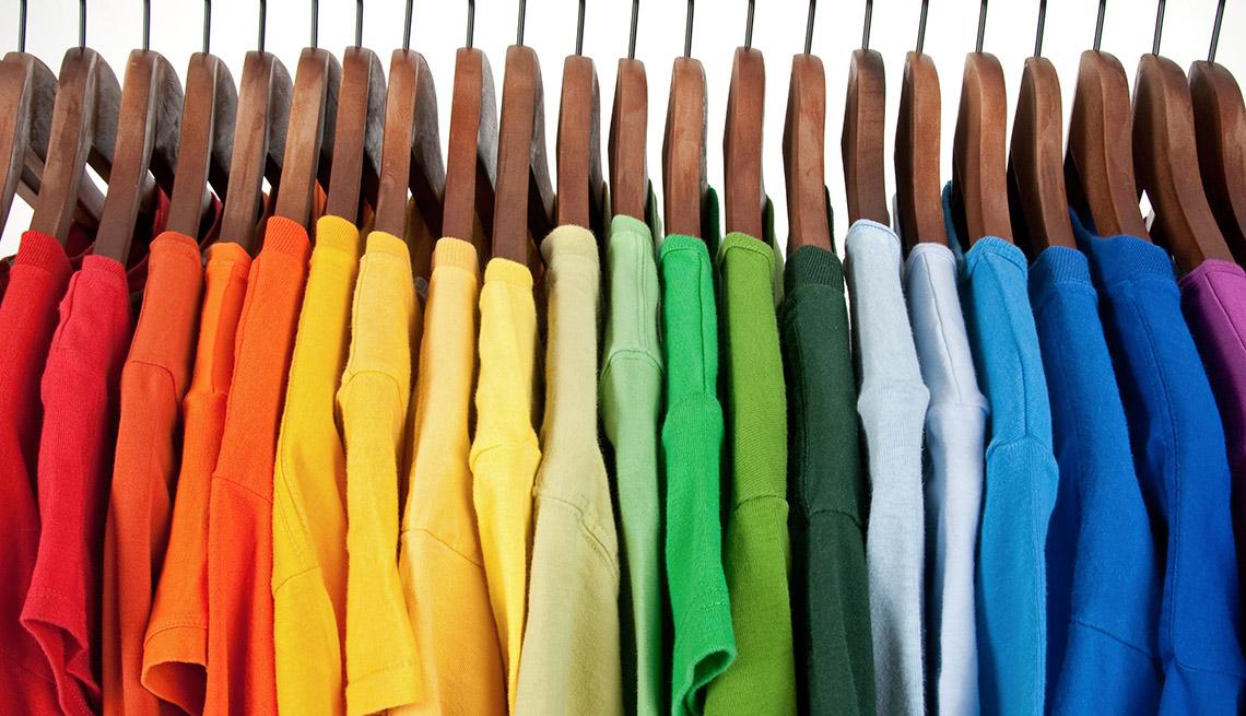 Camisetas de colores colgadas en ganchos de ropa - Gana dinero desde casa